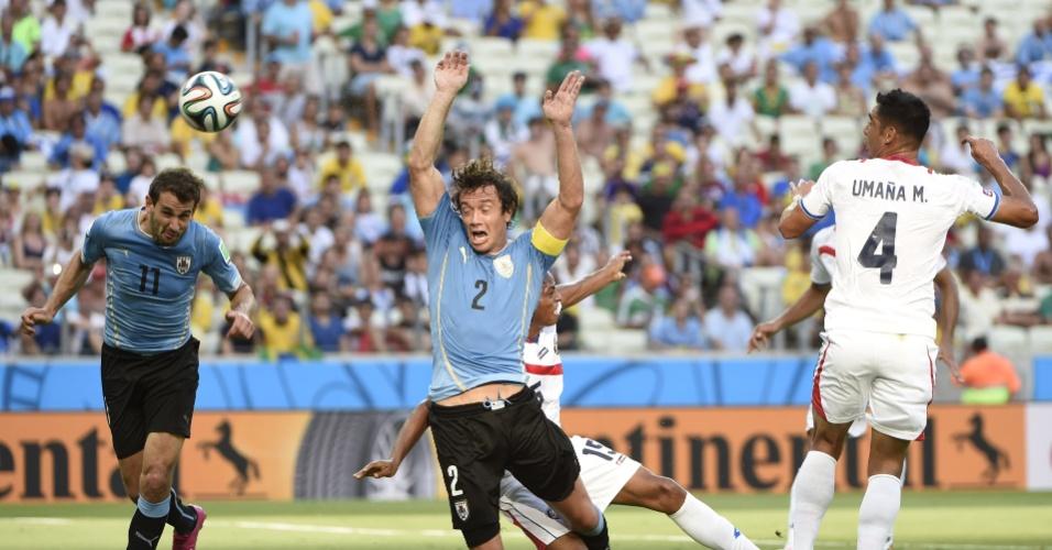 Diego Lugano é derrubado no início do jogo contra a Costa Rica e o árbitro marca pênalti. O Uruguai saiu na frente no