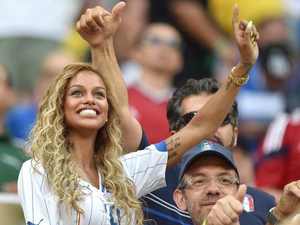 Fanny Neguesha, noiva de Balotelli, festeja gol do atacante no clássico entre Inglaterra e Itália