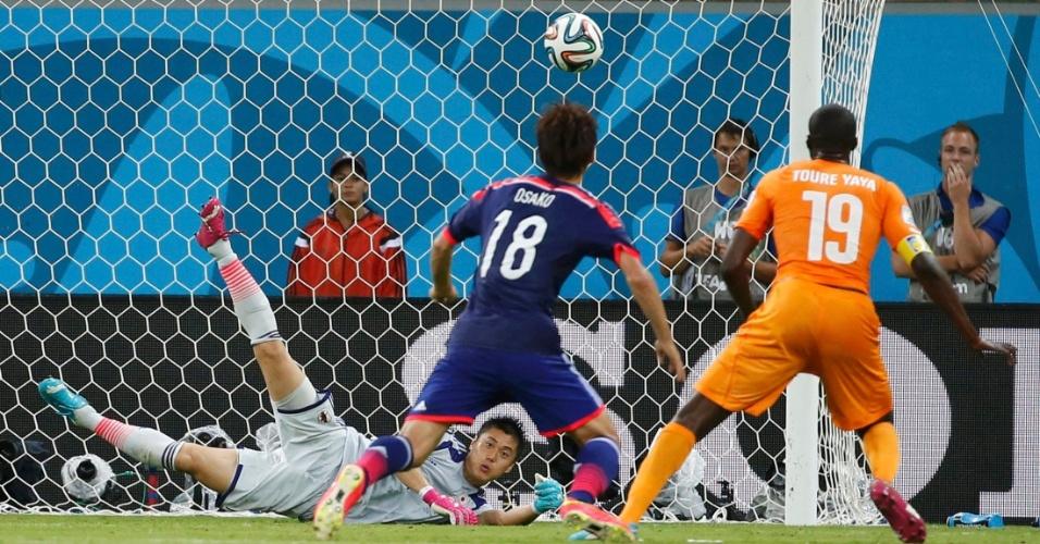 Goleiro japonês Kawashima faz defesa e salva sua seleção de levar o empate contra Costa do Marfim