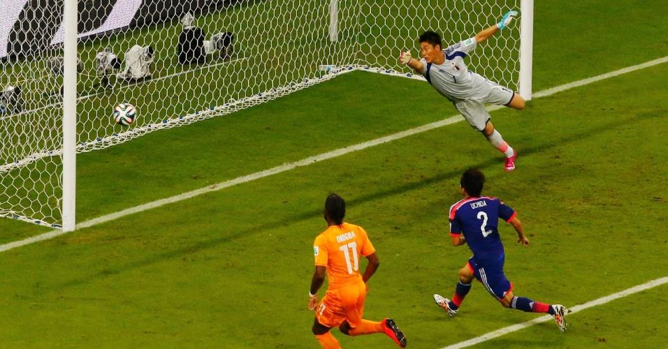 Goleiro japonês Kawashima não consegue impedir o primeiro da Costa do Marfim na Arena Pernambuco