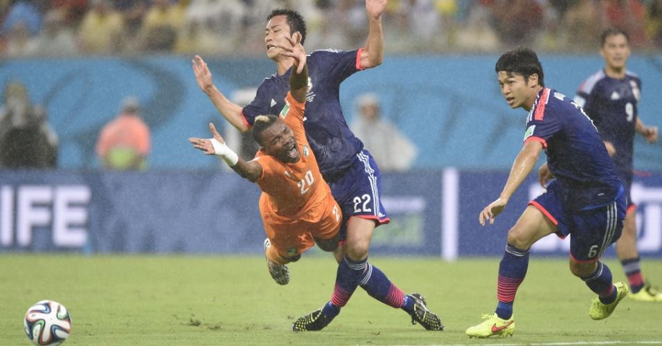 Japonês Maya Yoshida faz falta em Geoffroy Serey Die no jogo contra a Costa do Marfim na Arena Pernambuco