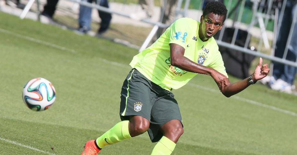 Jô tenta a finalização durante amistoso entre Brasil e sub-20 do Fluminense em Teresópolis
