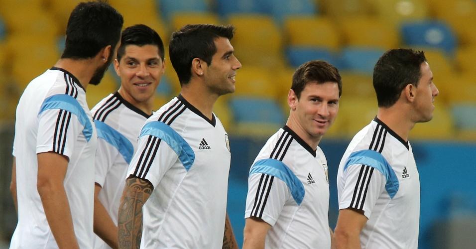 Jogadores da Argentina conversam antes de treino no estádio do Maracanã