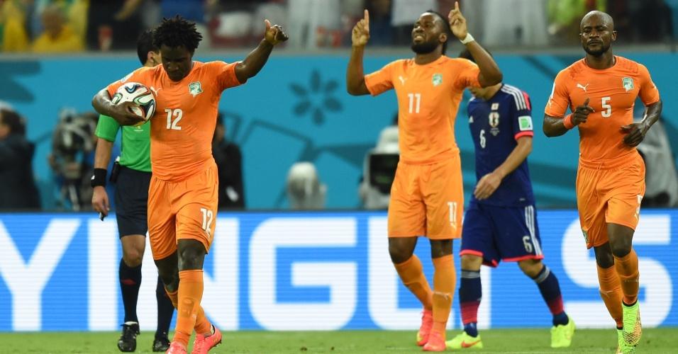 Jogadores da Costa do Marfim comemoram após o empate contra o Japão, na Arena Pernambuco