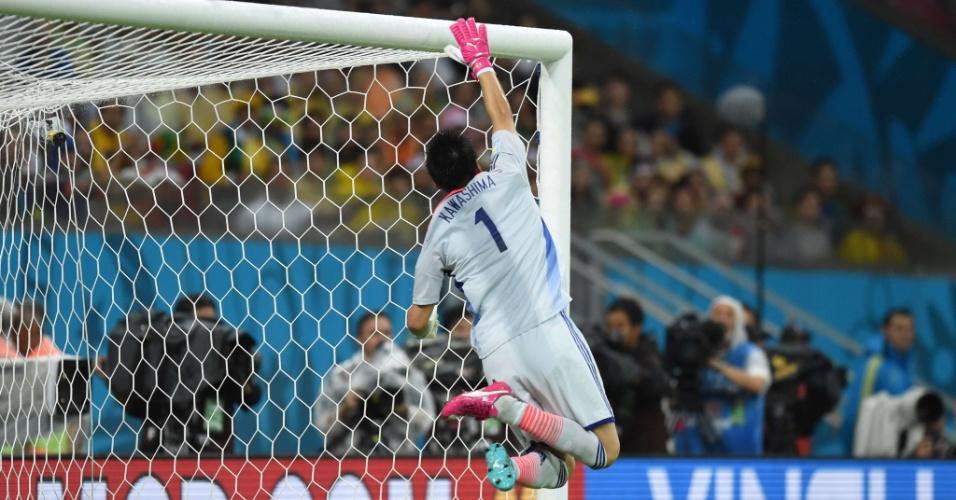 Kawashima voa para evitar o primeiro gol da Costa do Marfim contra o Japão na Arena Pernambuco