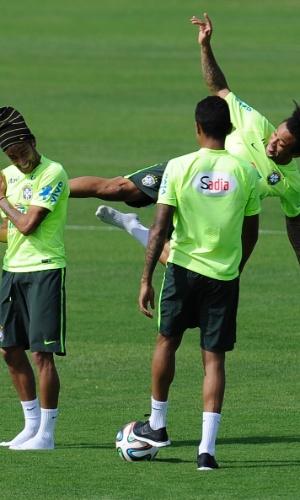 Marcelo dá 'voadora' em Neymar e craque do Barcelona cai no riso durante treino da seleção brasileira