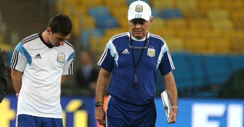 Messi conversa com o técnico Sabella no Maracanã, durante treino