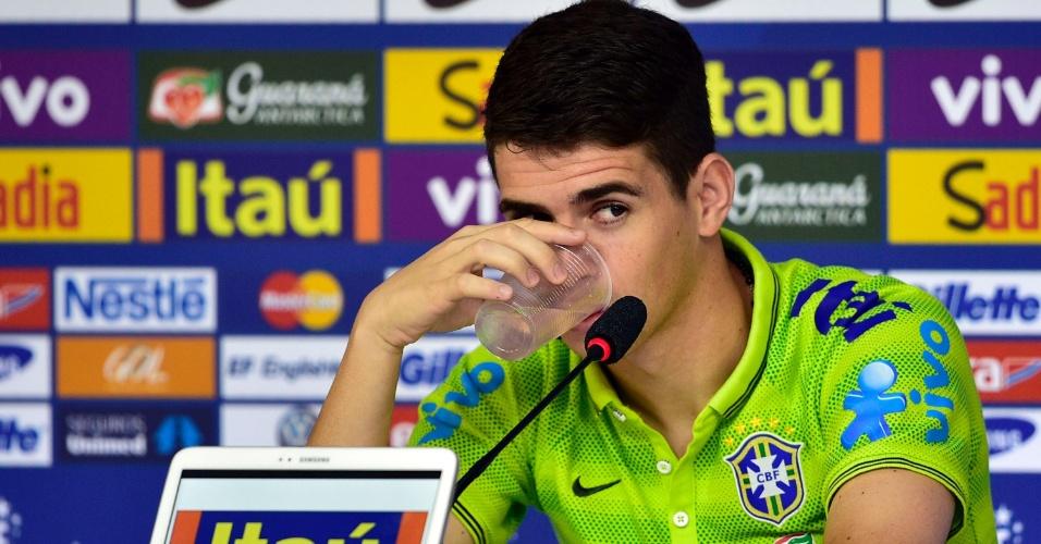 Oscar bebe água durante entrevista coletiva neste sábado