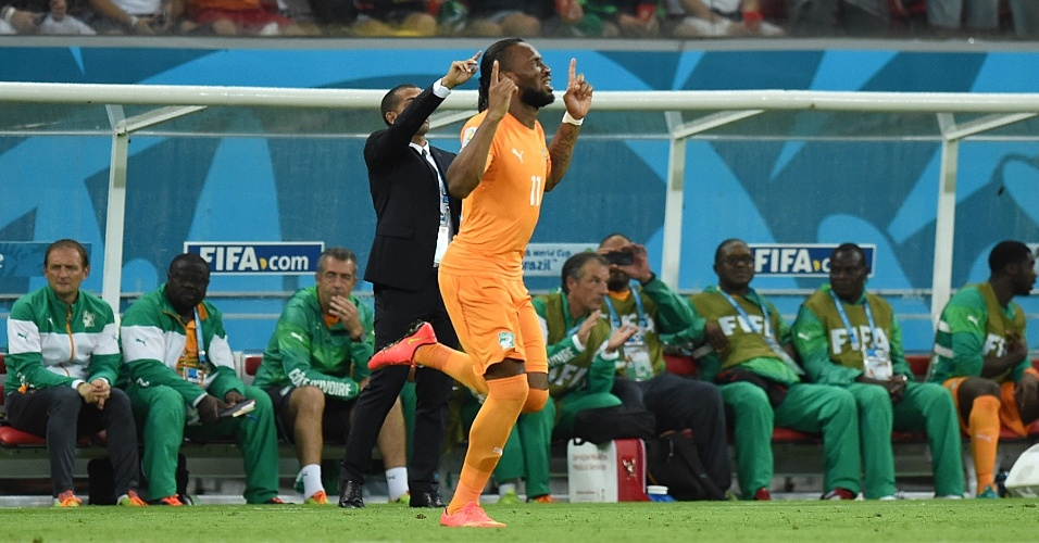 Para delírio dos torcedores na Arena Pernambuco, Drogba entra na partida contra o Japão no segundo tempo