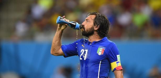 Pirlo se hidrata na a vitória da Itália sobre a Inglaterra por 2 a 1 em Manaus: parada agora é obrigatória no calor