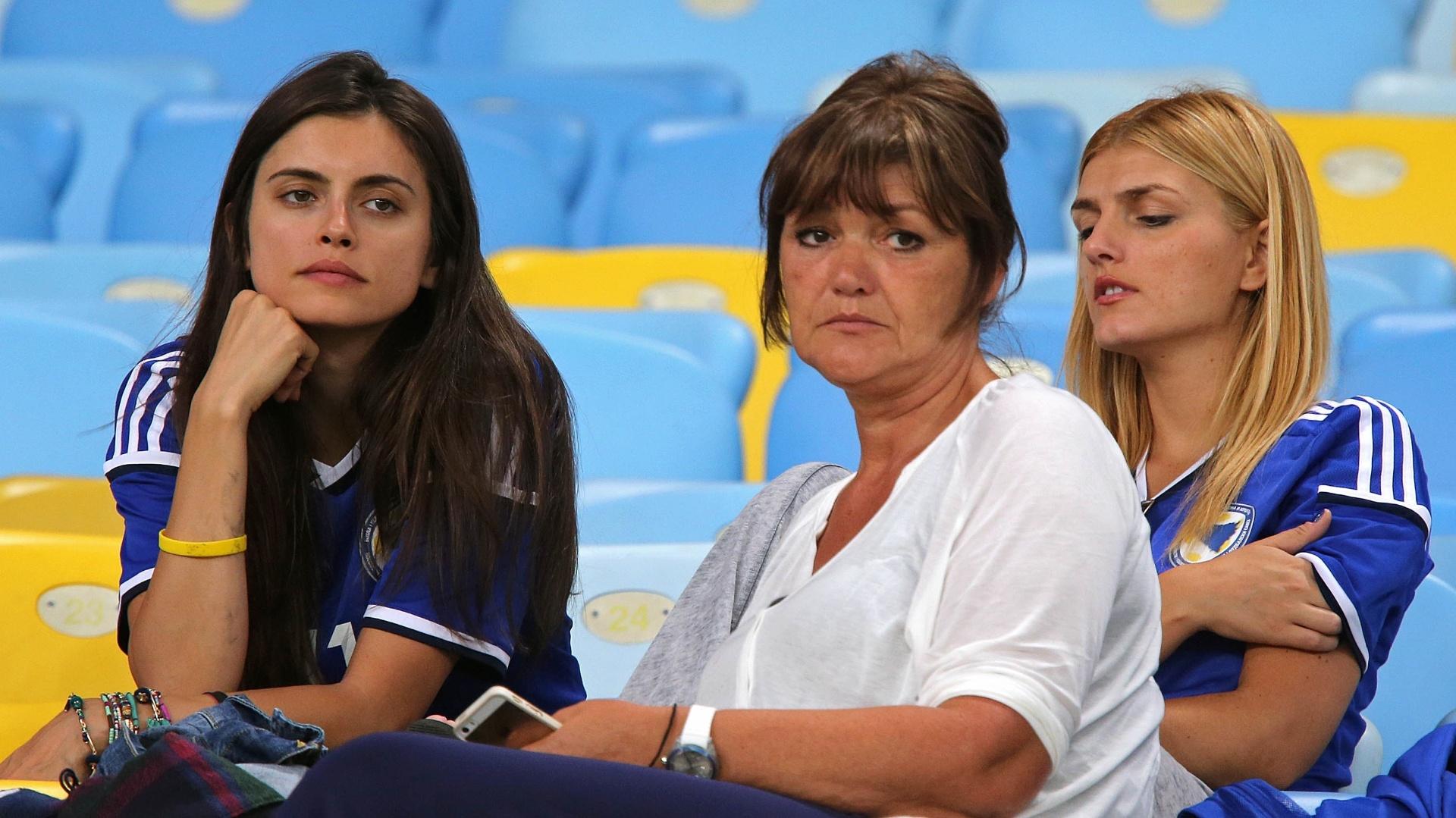 Torcedora da Bósnia acompanha treino da seleção no Maracanã