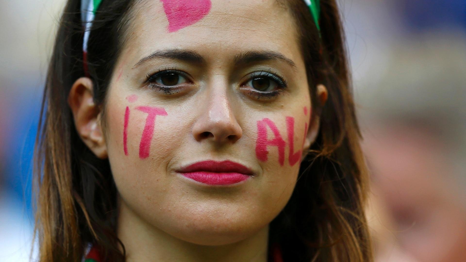 Torcedora da Itália marca presença na Arena Amazônia para a partida contra a Inglaterra