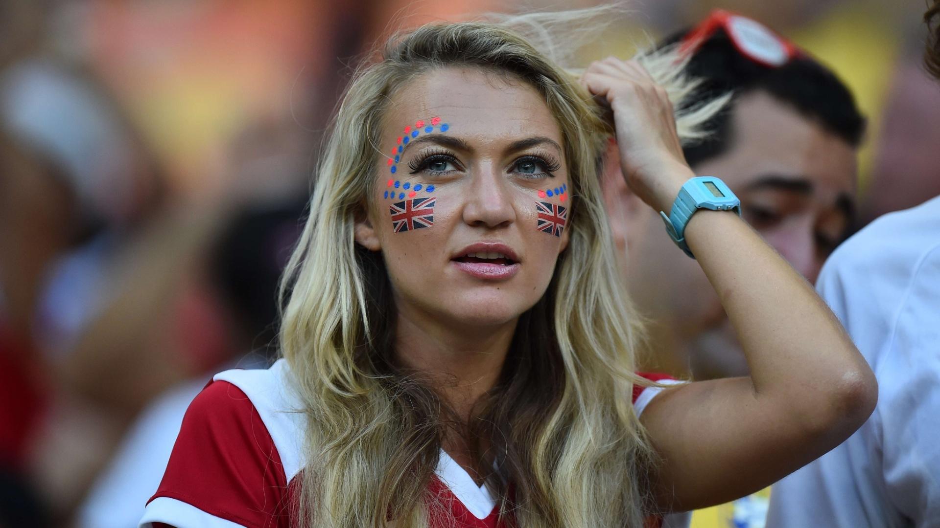 Torcedora pinta o rosto com as cores da Inglaterra para acompanhar a partida contra a Itália