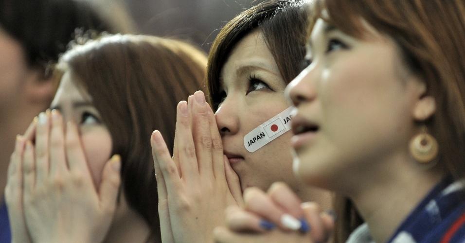 14.jun.2014 - Torcedora do Japão faz posição de reza enquanto sofre com seu time no duelo contra a Costa do Marfim