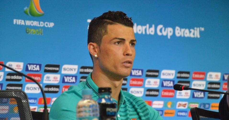 15.jun.2014 - Cristiano Ronaldo concede entrevista coletiva na sala de imprensa da Fonte Nova
