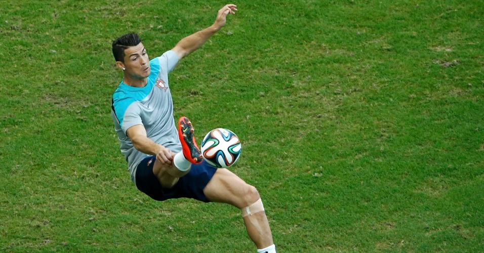Cristiano Ronaldo tenta domínio de bola em treino na Fonte Nova