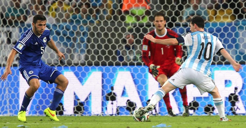 De frente para o gol, Messi demonstra habilidade ao dominar a bola contra a Bósnia-Herzegóvina