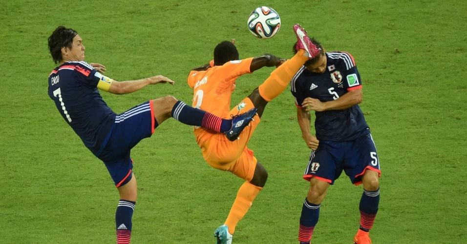 Didier Ya Konan faz jogada perigosa na partida contra o Japão. A Costa do Marfim venceu de virada por 2 a 1