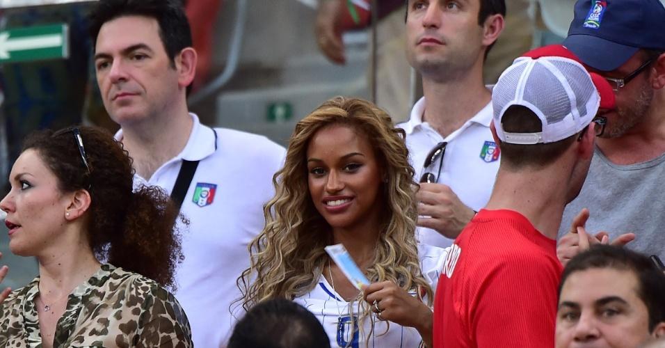 Fanny Neguesha se diverte na arquibancada em Manaus, acompanhando Balotelli ajudar a seleção italiana a vencer a Inglaterra
