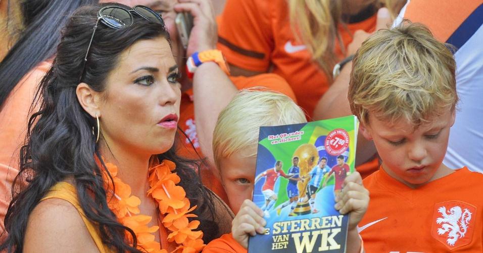 Gertrude Kuyt acompanha a partida entre Espanha e Holanda, em que o time de seu marido, Dirk Kuyt saiu vencedor com uma goleada