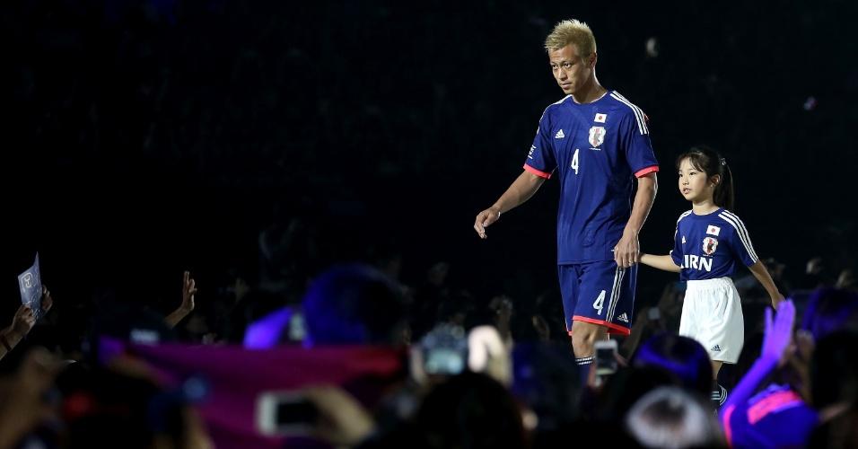 Honda chega para entrevista de despedida do Japão antes da viagem para a Copa do Brasil