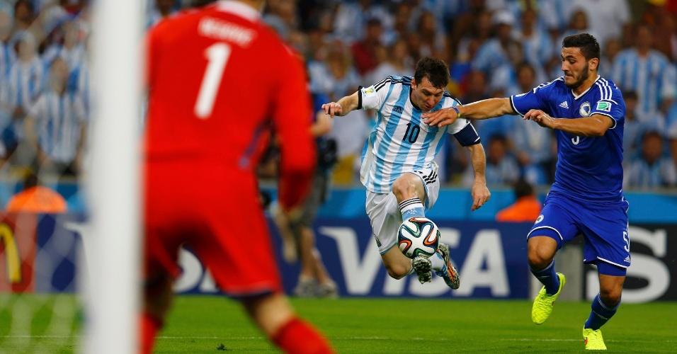 Marcado por Kolasinac, Messi domina a bola na área da Bósnia no jogo disputado no Maracanã