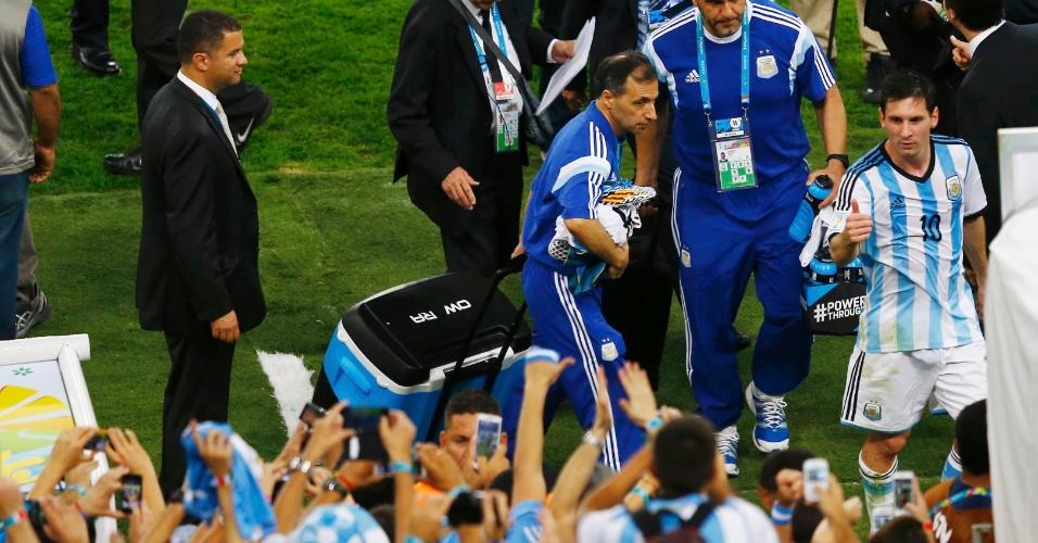 Messi deixa o gramado no intervalo da partida entre Argentina e Bósnia-Herzegovina