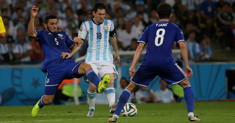 Messi encara marcação dupla da Bósnia na vitória argentina por 2 a 1 no Maracanã