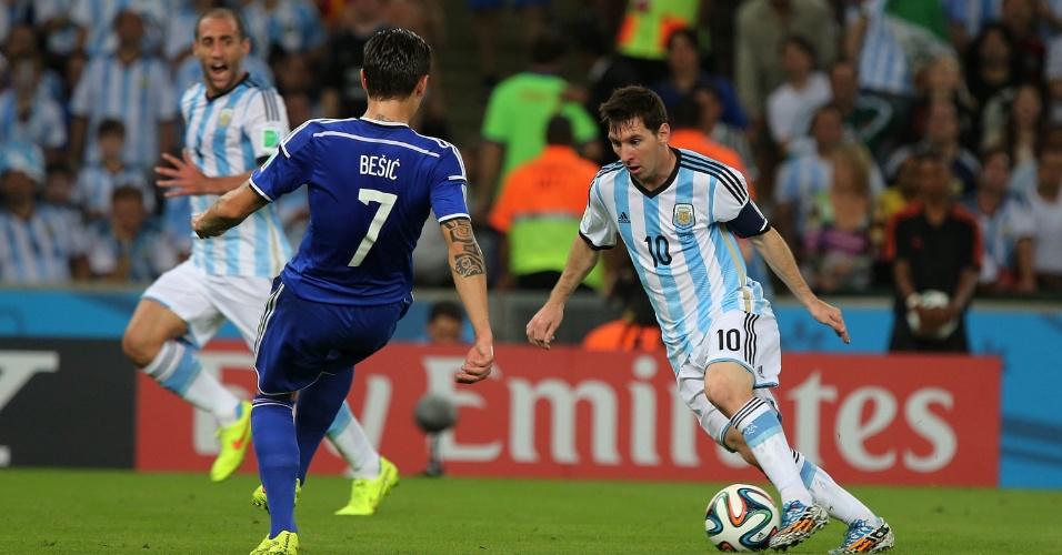 Messi parte para cima da marcação bósnia na estreia das seleções na Copa do Mundo