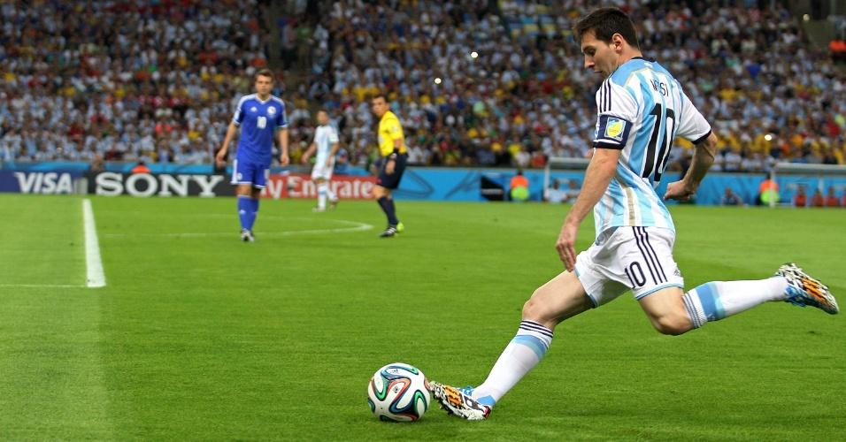 Messi se prepara para cobrar falta que originou o primeiro gol da Argentina contra a Bósnia-Herzegóvina