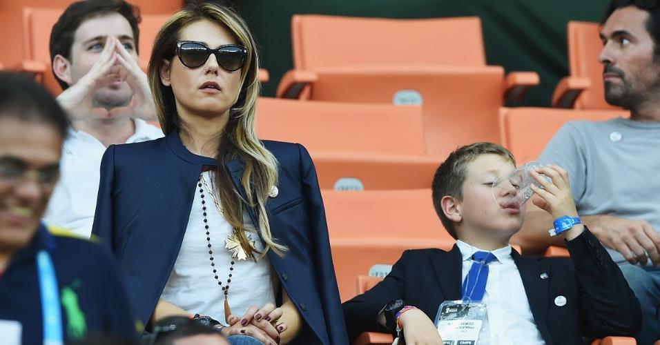 Novella Benini, namorada do técnico da Itália, Cesare Prandelli, assiste com expressão sisuda a partida contra a Argentina