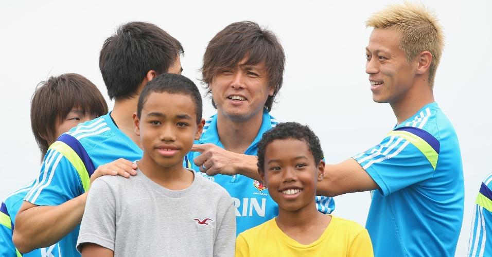 Shinji Okazaki, Yasuhito Endo e Keisuke Honda tiram foto nos EUA, última parada do Japão antes da chegada em São Paulo para a Copa