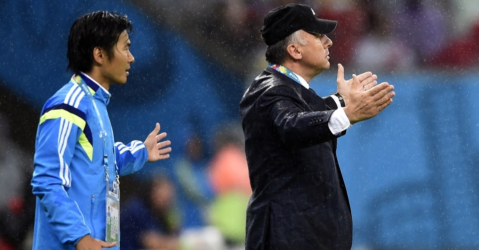 Técnico do Japão, Alberto Zaccheroni, reclama com a arbitragem durante a derrota para a Costa do Marfim por 2 a 1
