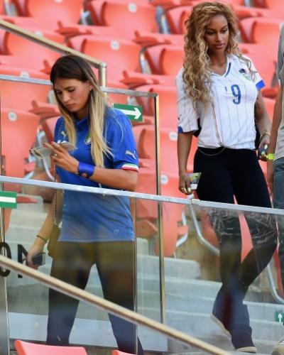Uniformizadas, Fanny Neguesha, noiva de Balotelli, e Carolina Marcialis, mulher de Antonio Cassano, marcam presença no  duelo entre Itália e Inglaterra