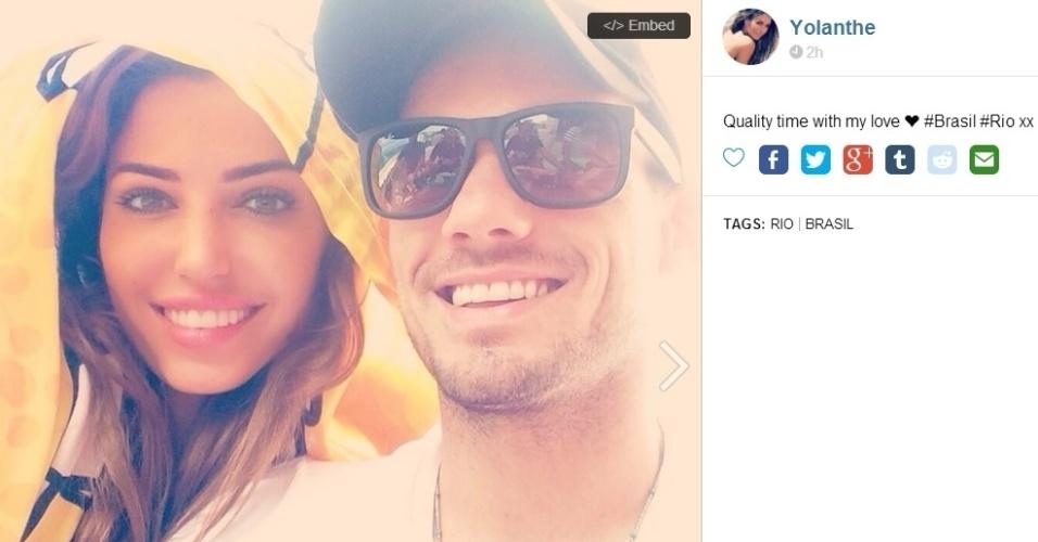 Yolanthe, mulher de Sneidjer, posta foto ao lado do jogador da Holanda durante uma folga dele nesta Copa