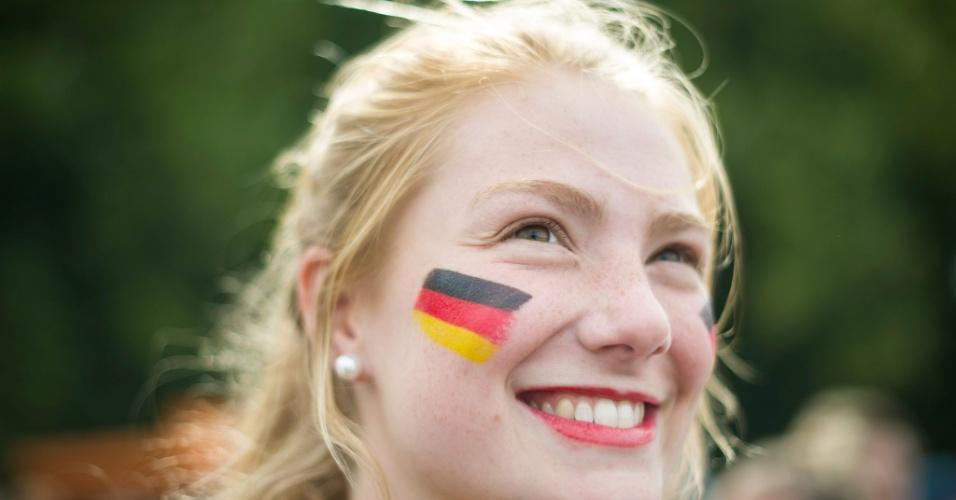 16.jun.2014 - Bela torcedora alemã acompanha a estreia contra Portugal em Berlim
