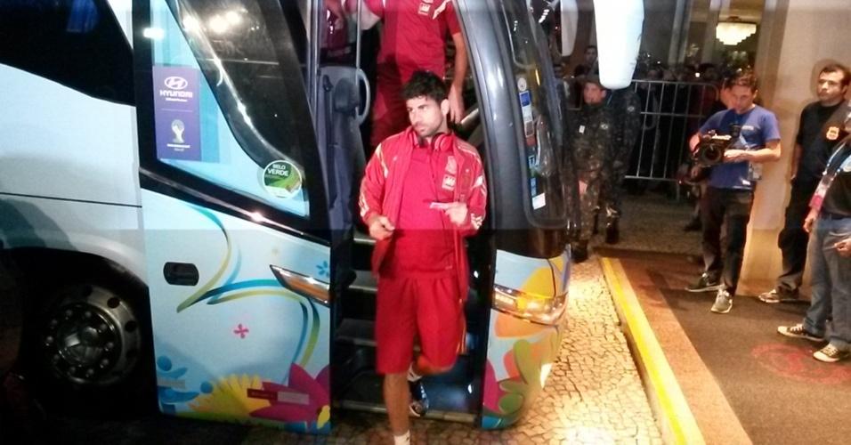 16.jun.2014 - Diego Costa desce do ônibus da Espanha na chegada a hotel no Rio de Janeiro