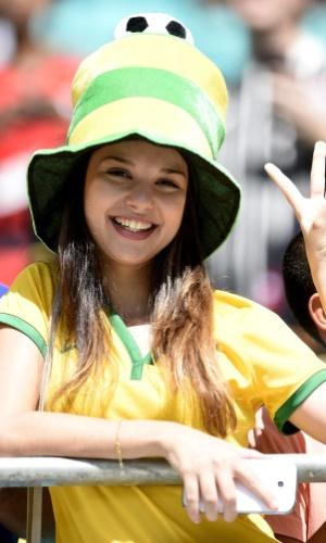 16.jun.2014 - O Brasil não foi à Fonte Nova, mas a torcedora fez sua homenagem em verde e amarelo