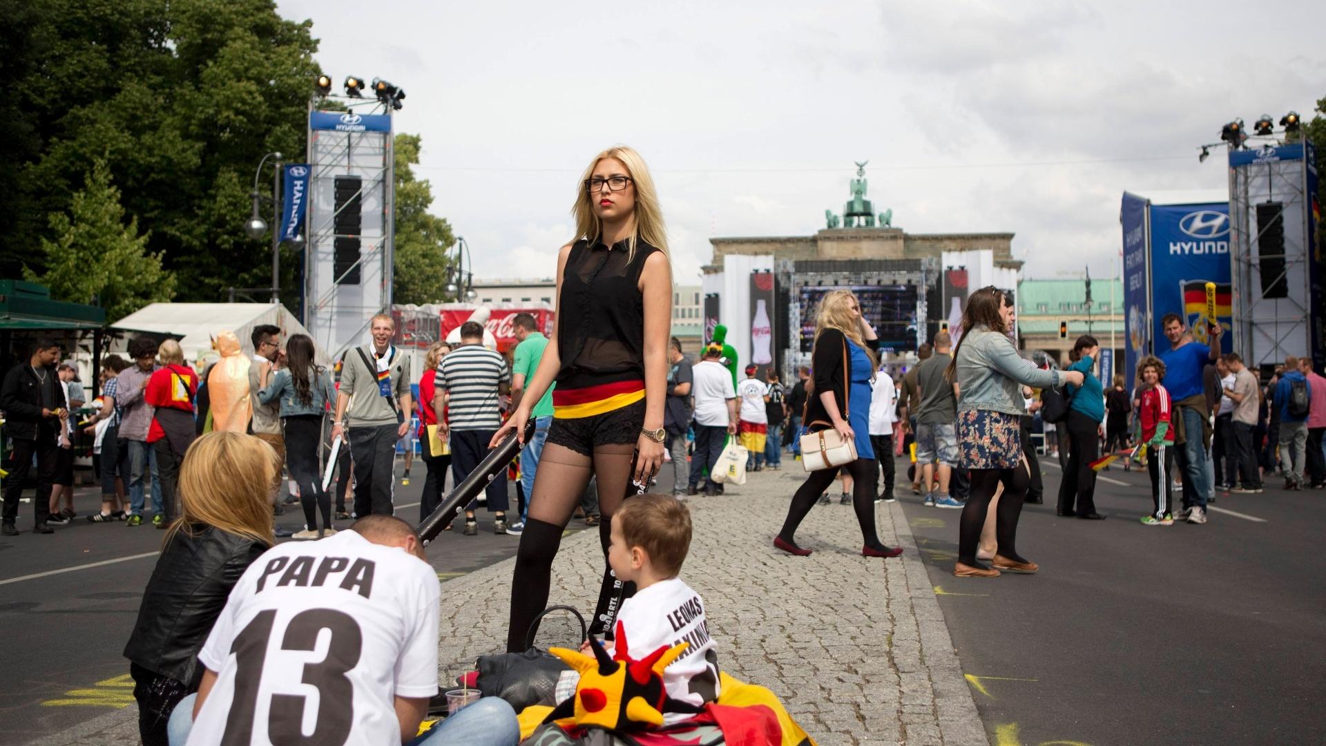 16.jun.2014 - Parece modelo, mas é só mais uma torcedora da Alemanha acompanhando a estreia contra Portugal, em Berlim