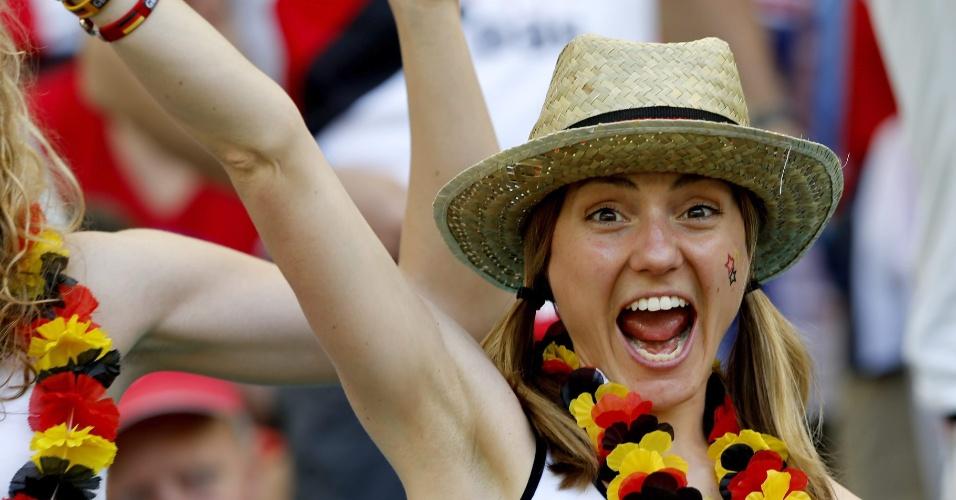 16.jun.2014 - Torcedora alemã se empolga na Fonte Nova, em Salvador