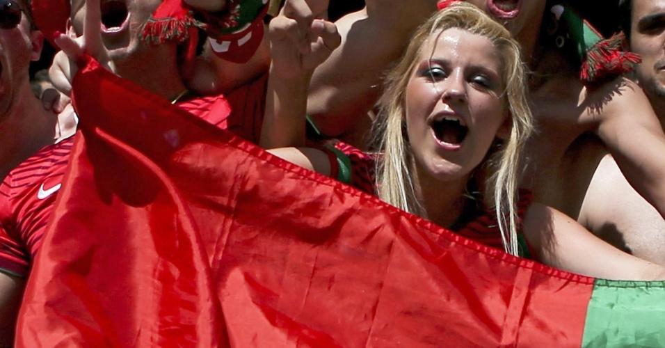 16.jun.2014 - Torcedora dá seu apoio a Portugal, na estreia contra a forte seleção alemã