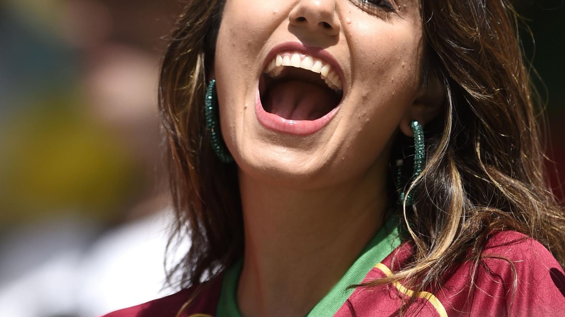 16.jun.2014 - Torcedora de Portugal mostra sua beleza na Arena Fonte Nova