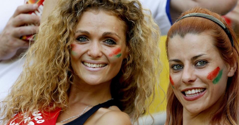 16.jun.2014 - Torcedoras se pintam com as cores de Portugal para torcer na Fonte Nova
