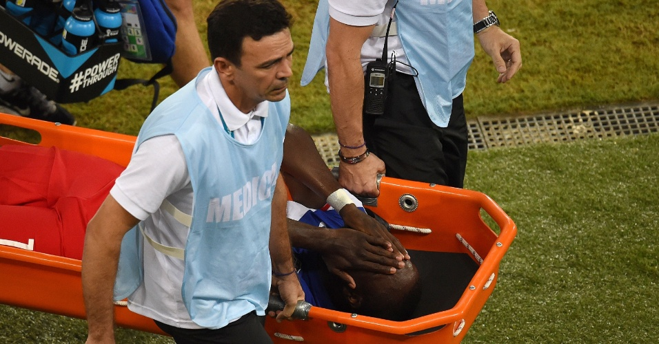 16.jun.2014 - Altidore leva as mãos ao rosto ao sair de campo depois de sofrer uma lesão na coxa