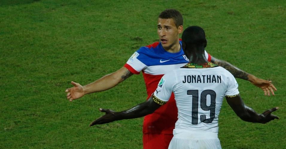 16.jun.2014 - Após dividida, ganês Jonathan Mensah e americano Fabian Johnson discutem no gramado da Arena das Dunas