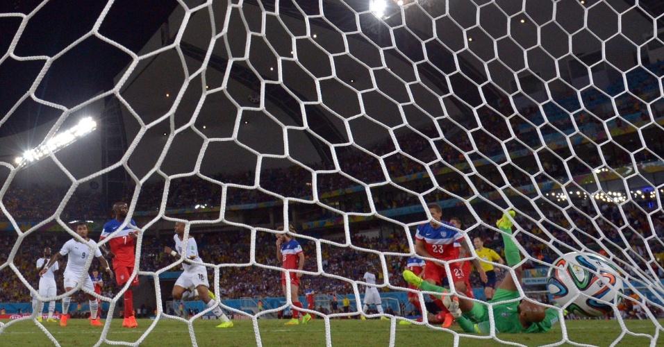 16.jun.2014 - Ayew invade a área e bate firme para empatar o jogo para Gana contra os EUA, na Arena das Dunas