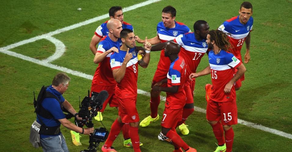 16.jun.2014 - Clint Dempsey agradece e comemora com seus companheiros de EUA após marcar contra Gana na Arena das Dunas