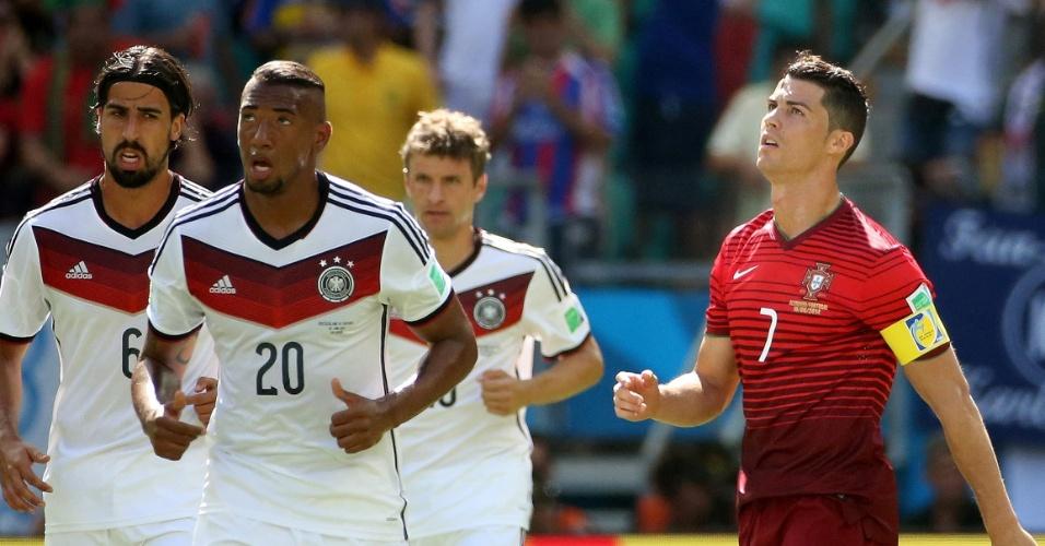 Cristiano Ronaldo olha para o alto enquanto os alemães comemoram gol marcado na partida contra Portugal