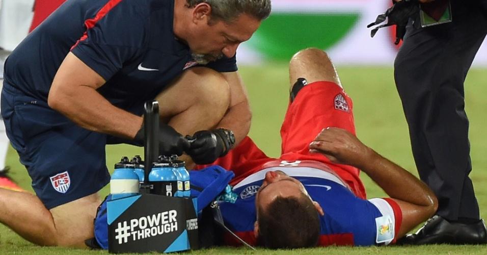 16.jun.2014 - Dempsey recebe atendimento médico depois de dividir a bola e ficar com nariz sangrando