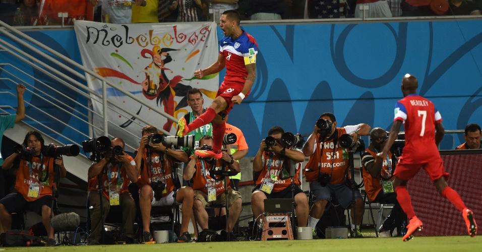 16.jun.2014 - Dempsey faz a festa da torcida dos EUA e dos fotógrafos presentes na Arena das Dunas ao fazer 1 a 0 para os americanos